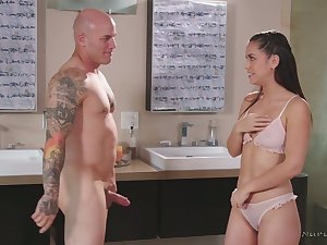 Latin masseuse Alina Lopez gives a nuru massage increased by blowjob in the shower