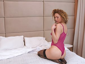 Hot cougar likes apropos act all shy and she knows how on earth apropos masturbate