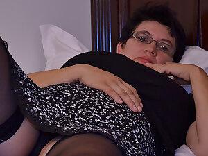 Horny Houswife Gettin' 'round Naughty - MatureNL